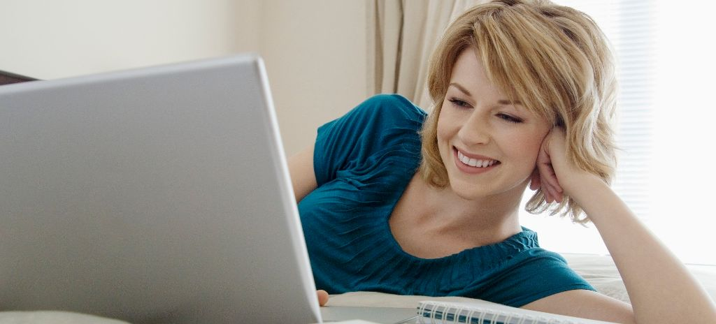 Frau am PC liegend2